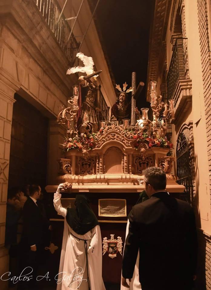 Misterio de N. P. Jesús Caído en su transito por C/Maestra. Fotografía de Carlos Ángel Gálvez.